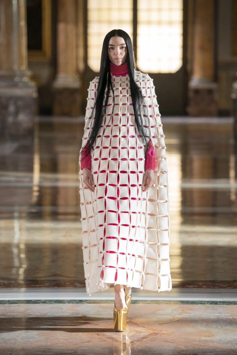Bu görsel boş bir alt niteliğe sahip; dosya adı 00001-Valentino-Couture-Spring-21-800x1200.jpg