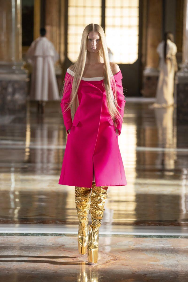 Bu görsel boş bir alt niteliğe sahip; dosya adı 00013-Valentino-Couture-Spring-21-800x1200.jpg