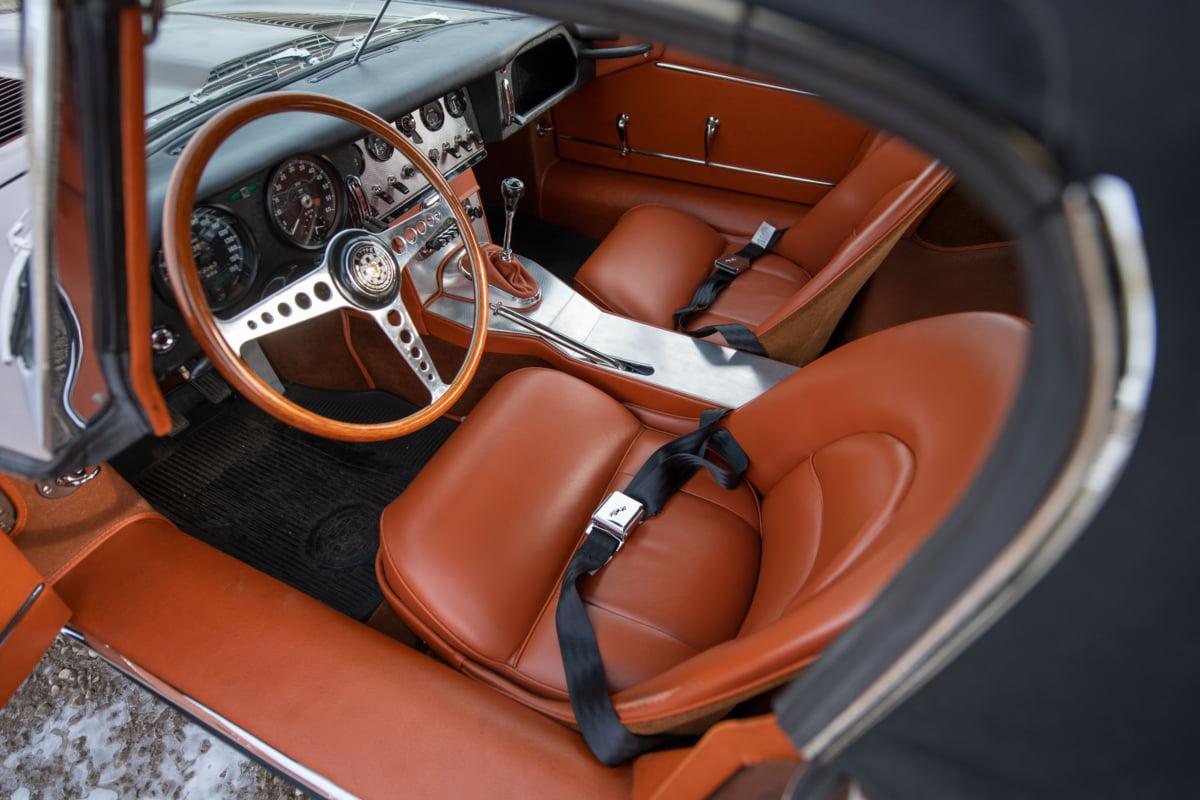 Bu görsel boş bir alt niteliğe sahip; dosya adı 1961-Jaguar-E-Type-Series-1-3.8-Litre-Roadster_Darin-Schnabel-©-2020-RM-Sothebys-4-1200x800.jpg