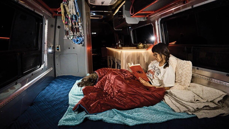 Bu görsel boş bir alt niteliğe sahip; dosya adı Airstream-Interstate-24X-Adventure-Van-Large-Bed-Conversion-Interior-bluqo7wz6v-1240x698.jpg