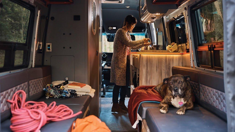 Bu görsel boş bir alt niteliğe sahip; dosya adı Airstream-Interstate-24X-Touring-Coach-Adventure-Van-1hp5827o1k-1240x698.jpg