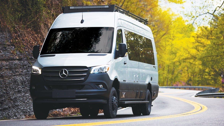 Bu görsel boş bir alt niteliğe sahip; dosya adı Airstream-Interstate-24X-Touring-Coach-Adventure-Van-Driving-1-1240x698.jpg