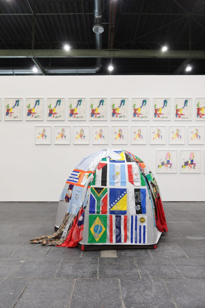 Bu görsel boş bir alt niteliğe sahip; dosya adı Installation-view-Lucy-Jorge-Orta-Hintergrund-Jan-Svenungsson-Diversity-United-Berlin.-Foto_-Silke-Briel-683x1024-1.jpg