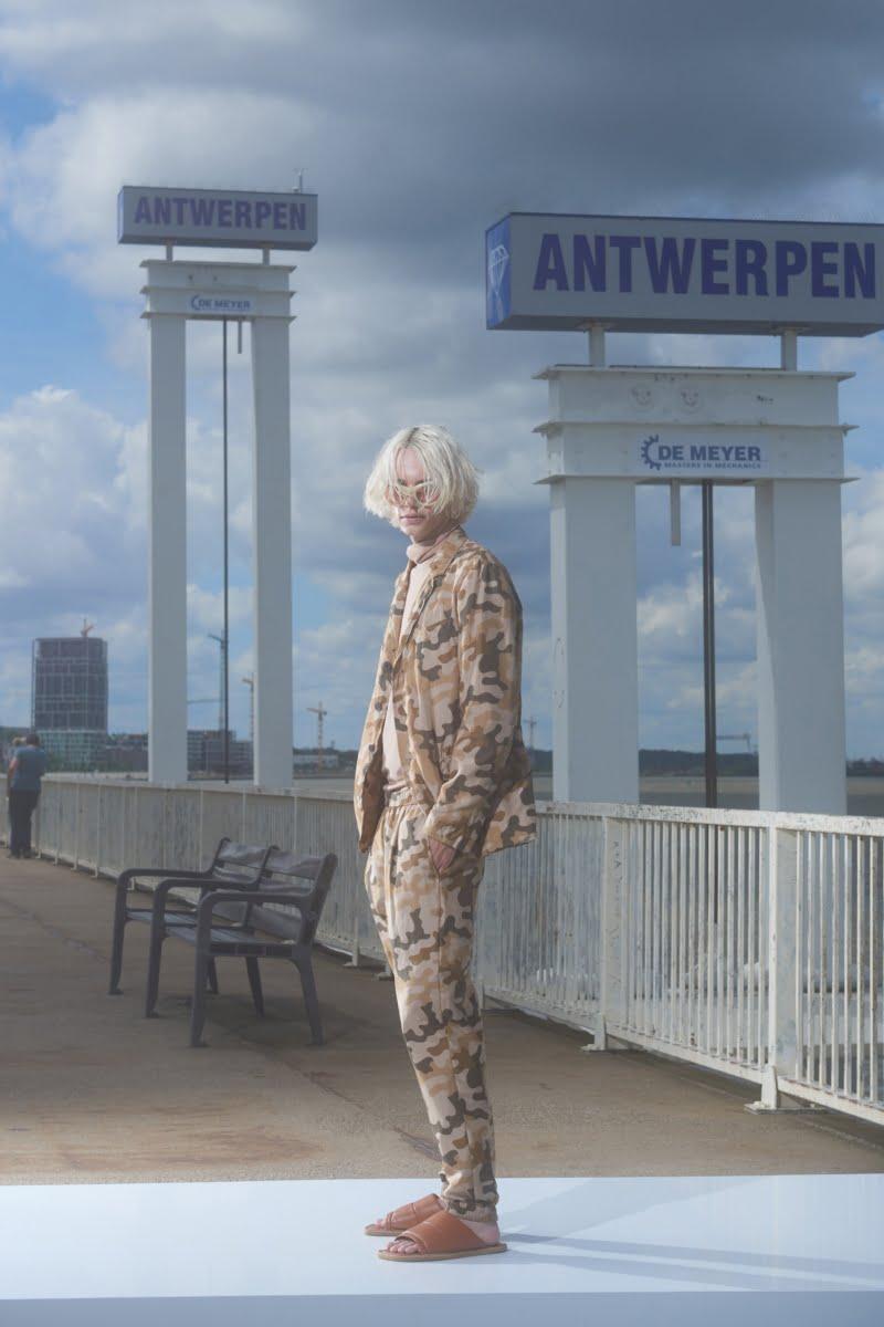 Bu görsel boş bir alt niteliğe sahip; dosya adı 00009-Dries-Van-Noten-Menswear-Spring-22-credit-Sofie-Middernacht-and-Maarten-Alexander-800x1200.jpeg