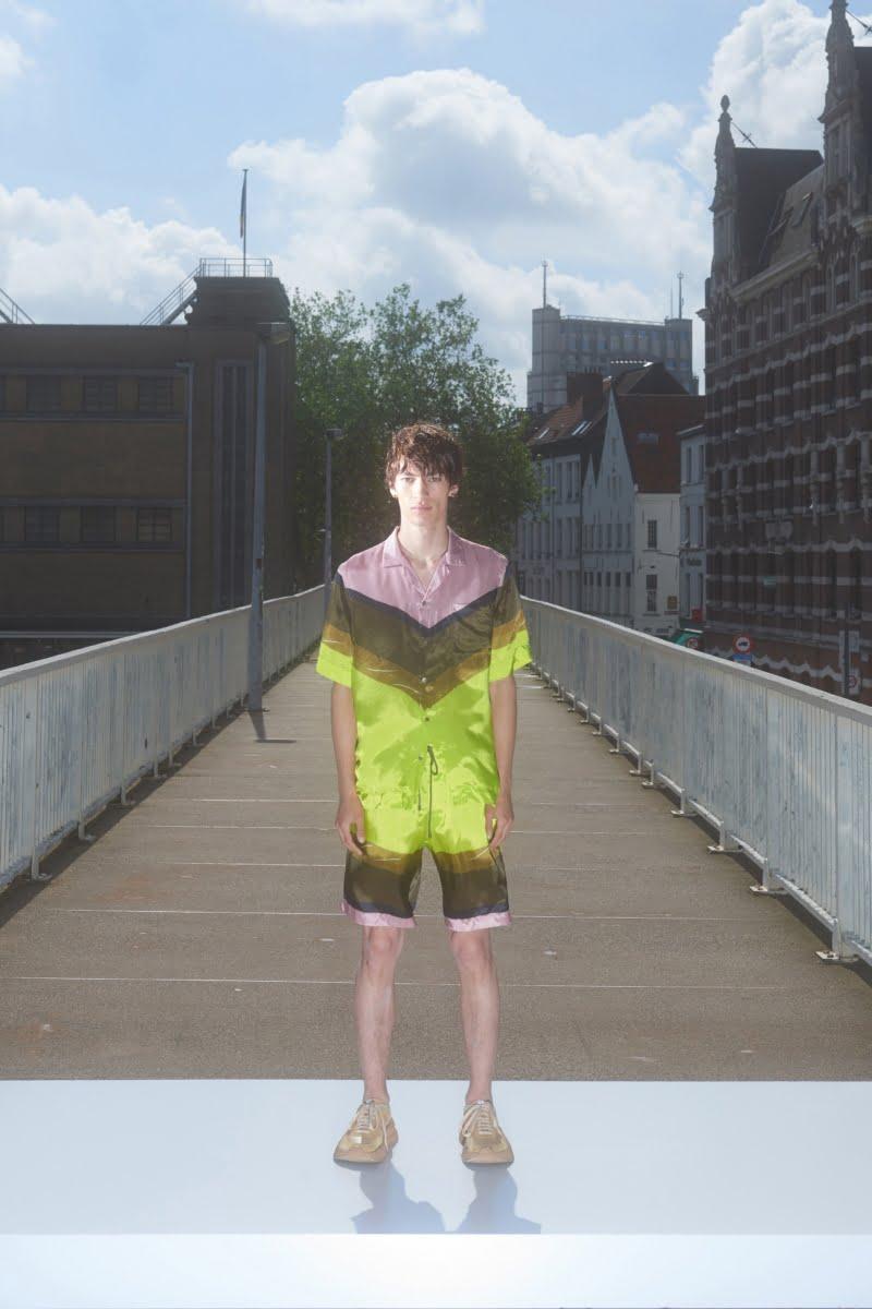 Bu görsel boş bir alt niteliğe sahip; dosya adı 00012-Dries-Van-Noten-Menswear-Spring-22-credit-Sofie-Middernacht-and-Maarten-Alexander-800x1200.jpeg